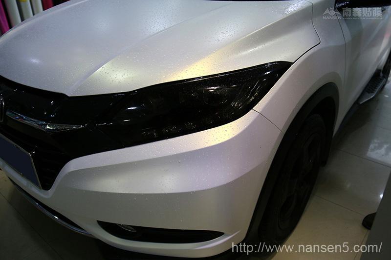今天小编给大家介绍的车款汽车改色膜---亚白变金,这款车身膜颜色独特在于变色之上,能够给车身带来白变金颜色,使车身颜色不再单一,下面请欣赏这款本田缤智车身改色-----亚白变金 改装车型:本田缤智 品牌:南森 改色膜类型:亚面 材质:PVC 颜色分类:白变金 施工时间:1.5天